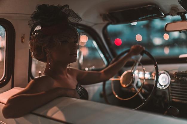 Piękna Seksowna Moda Blond Dziewczyna Model Z Jasnym Makijażem I Kręcone Fryzury W Stylu Retro Siedzi W Starym Samochodzie Darmowe Zdjęcia