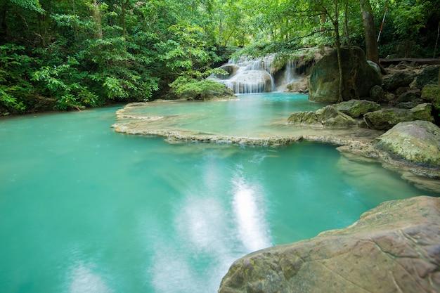 Piękna Siklawa W Erawan Siklawy Parku Narodowym W Kanchanaburi, Tajlandia Premium Zdjęcia