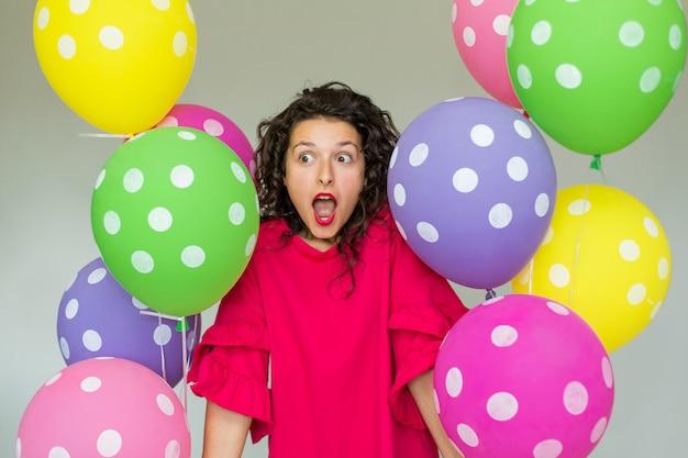 Piękna śliczna rozochocona dziewczyna z barwionymi balonami. wszystkiego najlepszego z okazji urodzin. Premium Zdjęcia
