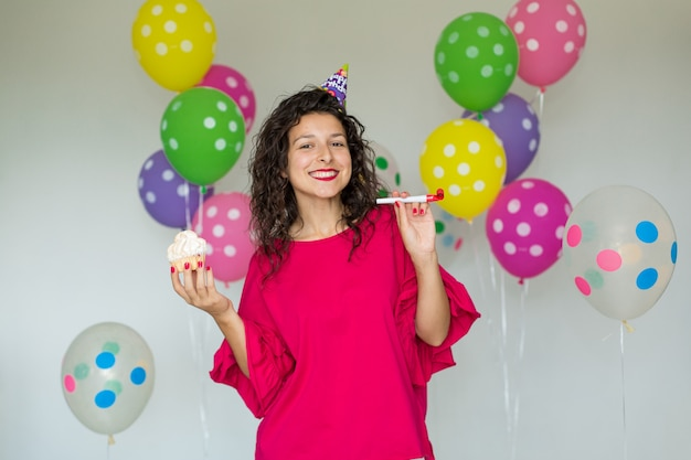 Piękna śliczna rozochocona dziewczyna z barwionymi balonami Premium Zdjęcia
