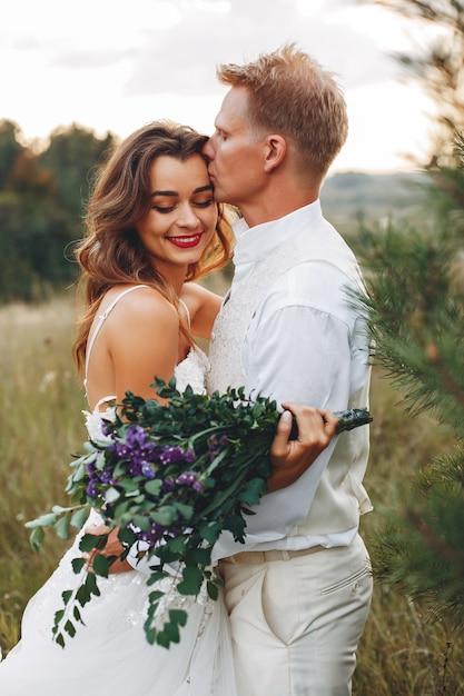 Piękna ślub para w lata polu Darmowe Zdjęcia