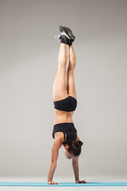 Piękna Sporty Kobiety Pozycja W Akrobata Pozie Darmowe Zdjęcia