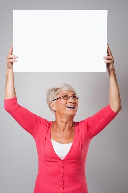 Piękna Starsza Kobieta Trzyma Tablicę Nad Głową Darmowe Zdjęcia