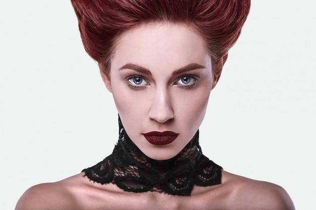 Piękna stylowa rudowłosa kobieta z fryzurą i biżuterią naszyjnik Premium Zdjęcia
