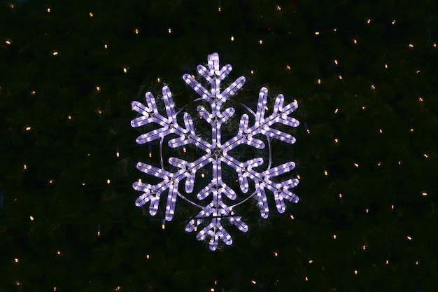 Piękna świąteczna dekoracja, jasny świecący płatek śniegu Premium Zdjęcia