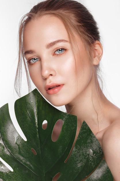 Piękna świeża Dziewczyna O Doskonałej Skórze, Naturalnym Makijażu, Piękna Twarz, Premium Zdjęcia