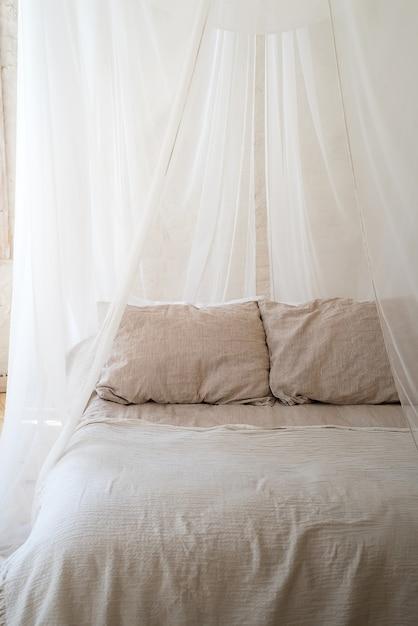 Piękna Sypialnia Z Drewnianym łóżkiem Z Baldachimem Zdjęcie