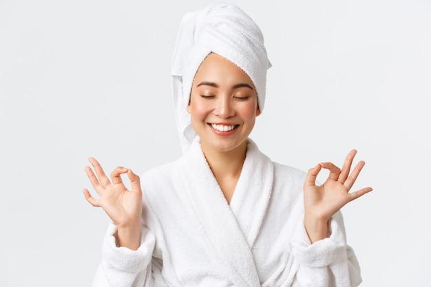 Piękna Szczęśliwa Azjatycka Kobieta Premium Zdjęcia