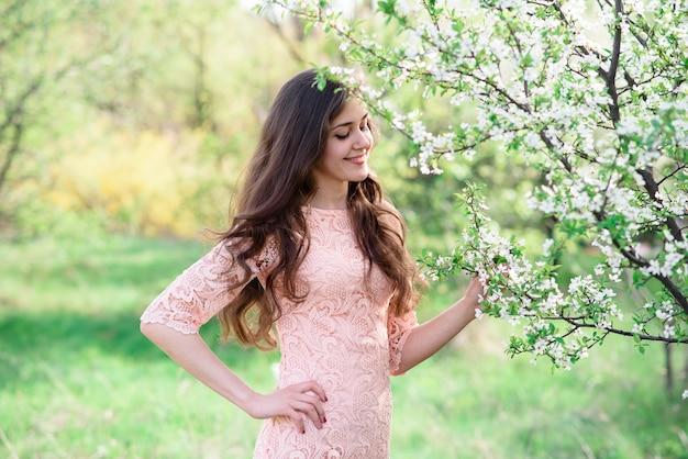Piękna szczęśliwa dziewczyna na naturze. Premium Zdjęcia