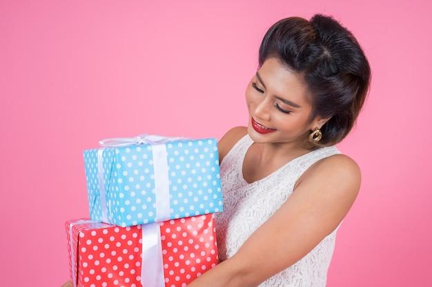 Piękna Szczęśliwa Kobieta Z Niespodzianka Prezenta Pudełkiem Darmowe Zdjęcia