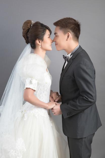 Piękna Szczęśliwa Para W ślubie W Studiu Darmowe Zdjęcia