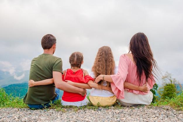 Piękna szczęśliwa rodzina w górach Premium Zdjęcia