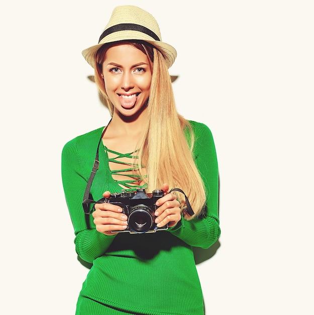 Piękna Szczęśliwa śliczna Blond Kobiety Dziewczyna W Przypadkowym Lato Zieleni Modnisia Ubraniach Robi Fotografiom Trzyma Retro Aparat Fotograficzny Darmowe Zdjęcia