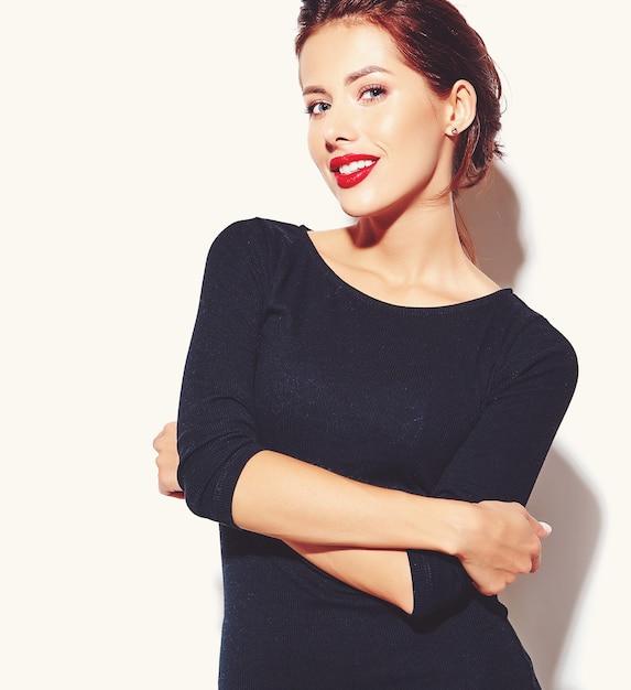 Piękna Szczęśliwa śliczna Seksowna Brunetki Kobieta W Przypadkowej Czerni Sukni Z Czerwonymi Wargami Na Białym Tle Darmowe Zdjęcia