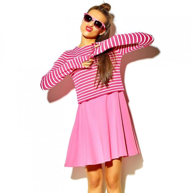 Piękna Szczęśliwa śliczna Uśmiechnięta Brunetki Kobiety Dziewczyna W Przypadkowej Kolorowej Modnisia Lata Menchii Ubraniach Z Czerwonymi Wargami Odizolowywać Na Bielu Robi Kaczki Twarzy Darmowe Zdjęcia
