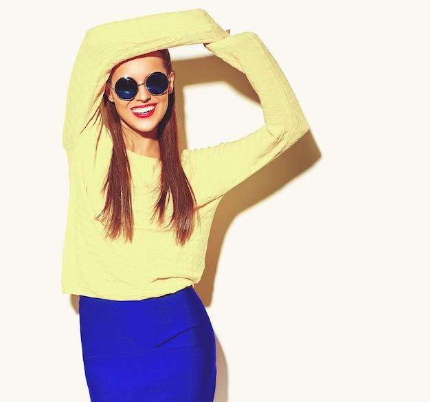 Piękna Szczęśliwa śliczna Uśmiechnięta Brunetki Kobiety Dziewczyna W Przypadkowych Ubraniach Darmowe Zdjęcia
