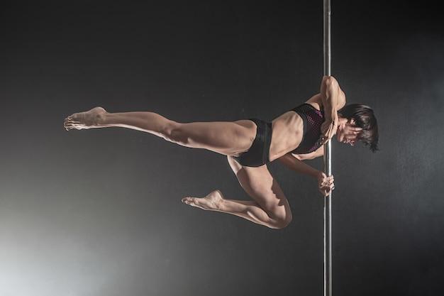 Piękna Szczupła Dziewczyna Z Pylonem. Taniec Tancerz Kobieta Polak Premium Zdjęcia