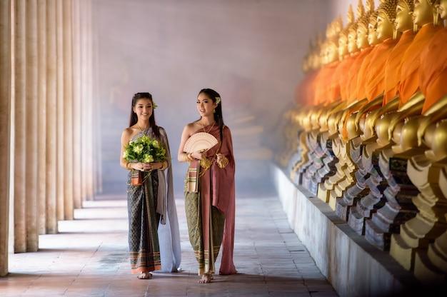 Piękna tajlandzka dziewczyna w tajlandzkim tradycyjnym kostiumu Premium Zdjęcia