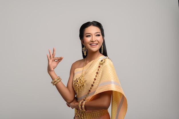 Piękna tajlandzka kobieta jest ubranym tajlandzką suknię i tajlandzkiego tana Darmowe Zdjęcia