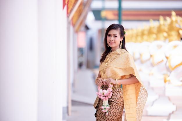 Piękna tajlandzka kobieta w tajlandzkim tradycyjnym kostiumu przy świątynią Darmowe Zdjęcia