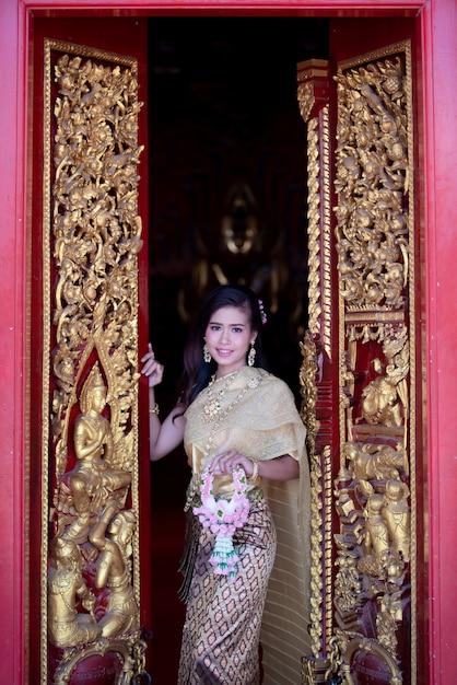 Piękna tajlandzka kobieta w tradycyjnym smokingowym kostiumu przy świątynią tajlandia Darmowe Zdjęcia