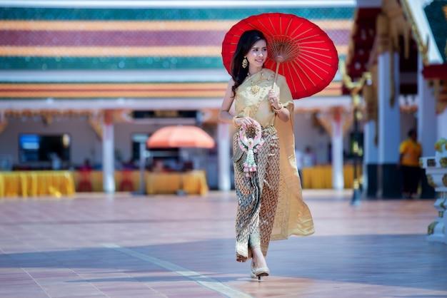 Piękna tajlandzka kobieta w tradycyjnym smokingowym kostiumu w phra który choeng kmotr tajlandia świątynia Darmowe Zdjęcia