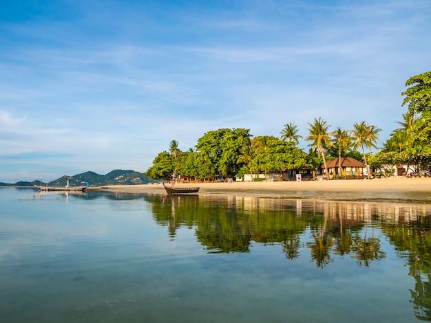Piękna Tropikalna Plaża I Morze Z Kokosowym Drzewkiem Palmowym Darmowe Zdjęcia