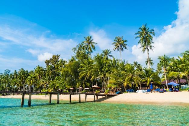 Piękna tropikalna plaża i morze Darmowe Zdjęcia