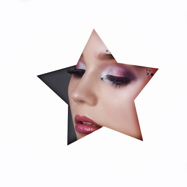 Piękna twarz czerwony makijaż oczy młodej dziewczyny w otworze z białej gwiazdy Premium Zdjęcia