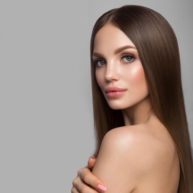 Piękna Twarz Kobiety Portret. Piękna Modelka Girl With Perfect Fresh Clean Skin Premium Zdjęcia