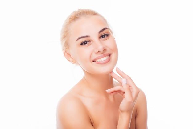 Piękna Twarz Kobiety Portret. Piękny Model Girl With Perfect Fresh Clean Skin Usta W Kolorze Fioletowo-czerwonym. Blond Brunetka Krótkie Włosy Pojęcie Pielęgnacji Skóry I Młodości. Darmowe Zdjęcia