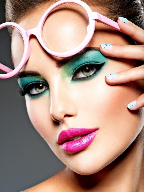Piękna Twarz Kobiety Z Zielonym żywy Makijaż Oczu I Różowe Okulary. Darmowe Zdjęcia