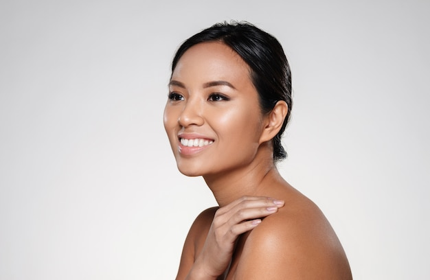 Piękna Uśmiechnięta Azjatykcia Dama Patrzeje Na Boku Darmowe Zdjęcia