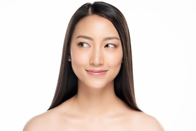 Piękna uśmiechnięta kobieta z czystą skórą Premium Zdjęcia