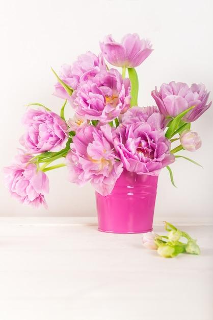 Piękna Wiązka Tulipanów W Stylu Piwonii W Różowym Garnku Premium Zdjęcia