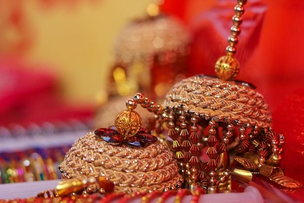 Piękna Złota Biżuteria Dla Kobiet. Kolczyki Premium Zdjęcia