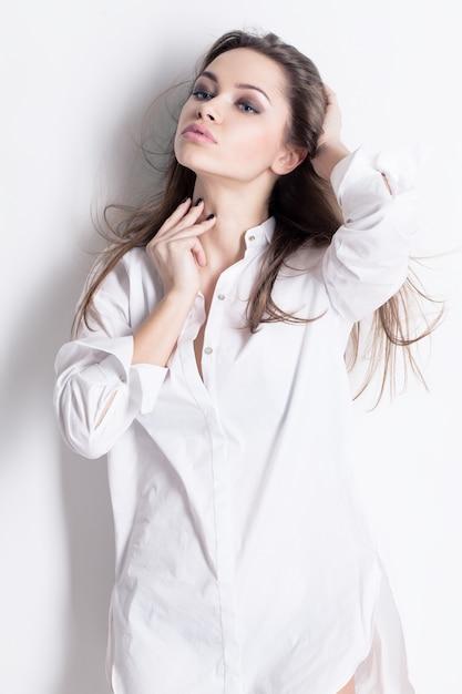 Piękna Zmysłowa Kobieta W Męskiej Koszuli Darmowe Zdjęcia