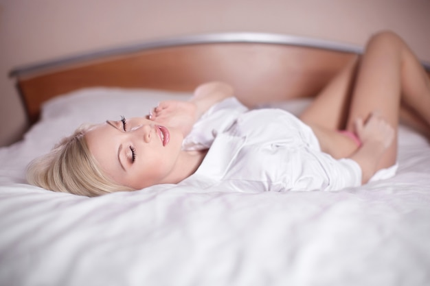 Piękna Zmysłowa Seksowna Młoda Blond Kobieta Kłaść W łóżku Nagi Darmowe Zdjęcia