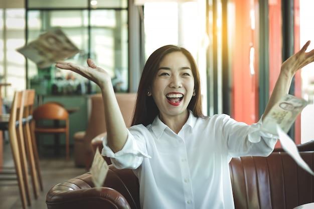 Piękne azjatyckie kobiety, prywatni właściciele firm prowadzenie działalności gospodarczej miej pieniądze w kasie Premium Zdjęcia