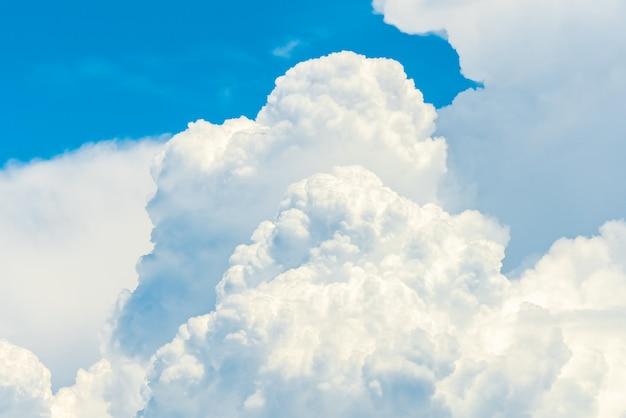 Piękne Błękitne Niebo I Białe Chmury Cumulus Premium Zdjęcia
