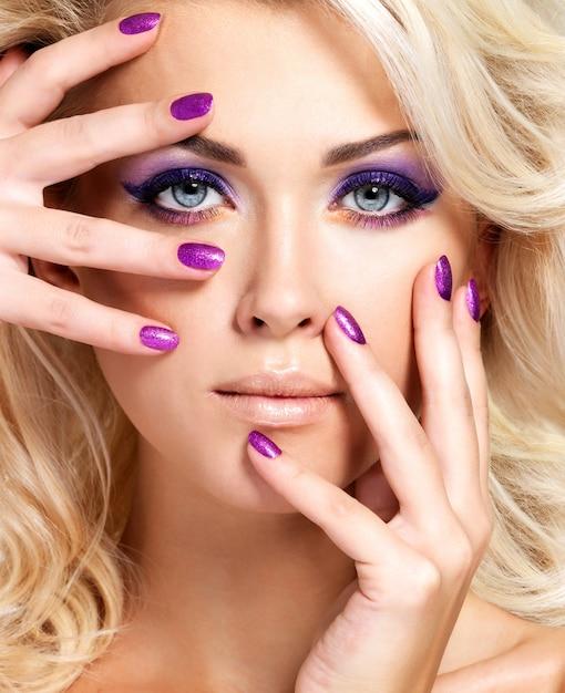 Piękne Blond Kobieta Z Uroda Fioletowy Manicure I Makijaż Oczu. Modelka Z Kręconą Fryzurą. Darmowe Zdjęcia