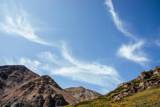 Piękne Chmury Cirrus W Błękitne Niebo Nad Skałami W Słońcu. Premium Zdjęcia
