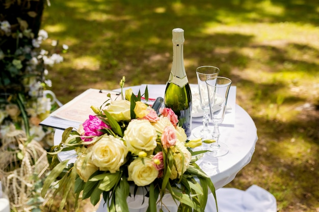 Piękne dekoracje ślubne na uroczystość na zewnątrz w słoneczną pogodę Premium Zdjęcia