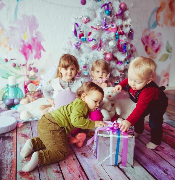Piękne Dzieci Siedzą W Pobliżu Choinki Darmowe Zdjęcia