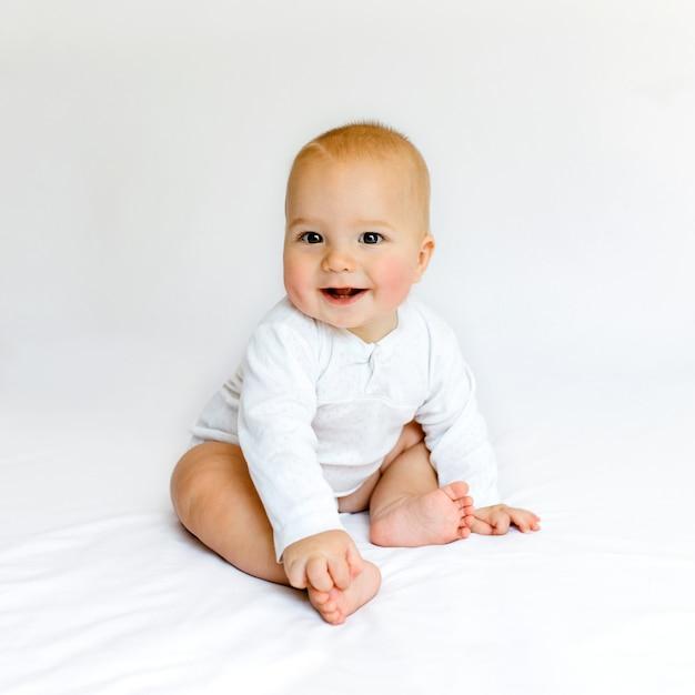 Piękne Dziecko Na Białym łóżku. Premium Zdjęcia