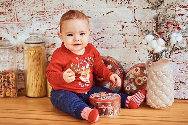 Piękne Dziecko Siedzi Przy Stole Trzymając Nakrętkę Darmowe Zdjęcia