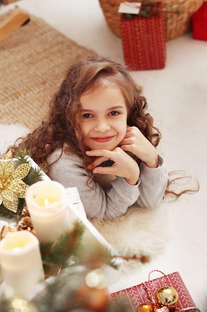 Piękne Dziecko W Domu Na Boże Narodzenie Darmowe Zdjęcia