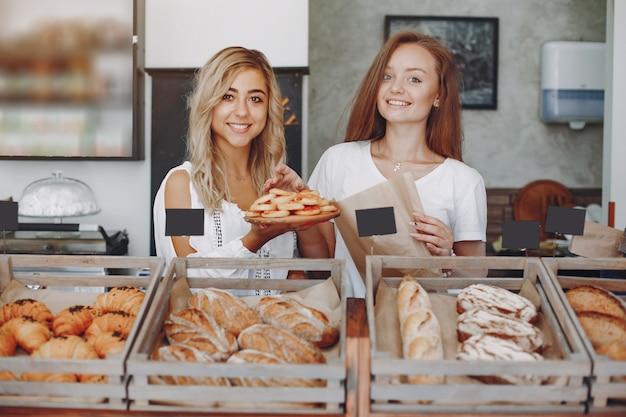 Piękne dziewczyny kupują bułeczki w piekarni Darmowe Zdjęcia