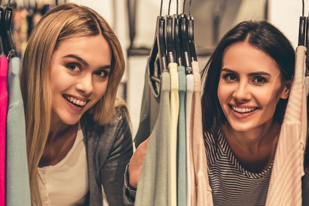 Piękne dziewczyny patrzą na kamerę i uśmiechają się. Premium Zdjęcia