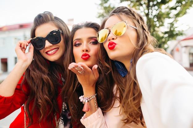 Piękne Dziewczyny W Okularach Przeciwsłonecznych Pokazuje Znaki Pokoju Premium Zdjęcia
